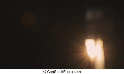 Rayos de sol brillantes en un cuarto oscuro vídeo de cámara ...