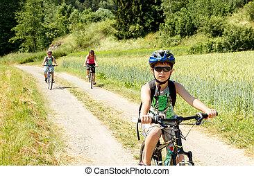 Zwei teenager entspannen sich beim fahrradfahren. Zwei