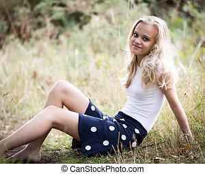 Schöne enge blonde Teenager