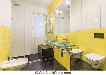 Farbiges weißes badezimmer mit schwarzem boden. Weißes ...