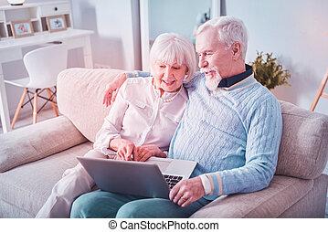 -eik, birtoklás, unokák, video, modern, csevegés, vidám, nagyszülők