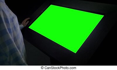 -, exposition, vide, exposer, kiosque, écran, femme regarde, vert, concept