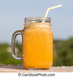 Una Taza De Batidos Amarillos De Jugo De Zanahoria Limon Miel Y Platano Cierra Canstock Zanahoria , limón y miel para terminar con la gripe , tos y limpiar pulmones. una taza de batidos amarillos de jugo