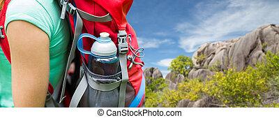 Silueta de mujer con mochila y botella de agua. Silueta de
