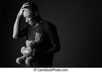 Un Triste Joven Africano Con Osito De Peluche Y Un Mensaje