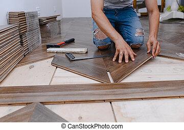 -, hands., trabalhador, homem, associando, closeup, pavimentando, parquet, deitando, macho, chão