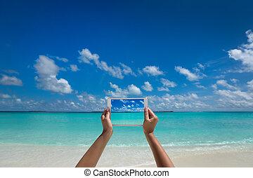 -, presa a terra, spiaggia, vtravel, computer, fotografia, schermo, pc., donna tropicale, sea., tavoletta, concetto, turista
