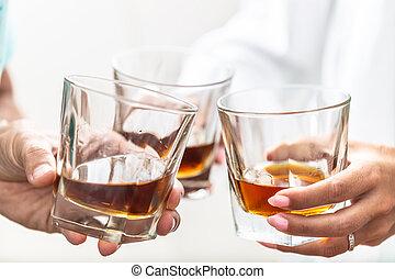 -, primer plano, whisky, o, brindar, anteojos, dentro, grupo, aguardiente, amigos, ron