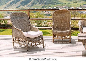 Acogedora Terraza Con Muebles De Mimbre Y Columpio De Jardín