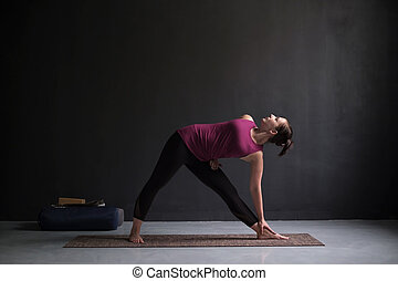 hermosa joven haciendo yoga o ejercicio de pilates chica