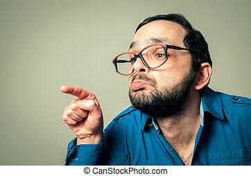 Brille auf der Nase und Finger in der Muschi