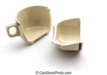 Zwei Zerbrochene Und Beschadigte Kaffeetasse Auf Weissem Tuch