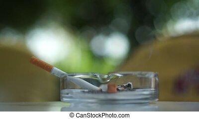 005, cigarette fumant
