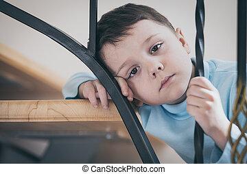 1(人・つ), 悲しい, 小さい 男の子, 階段 の 着席, 中に, 家, ∥において∥, ∥, 日時間