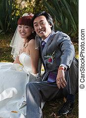 (1), ιπποκόμος , πάρκο , νύμφη , κάθονται , χαμογελαστά