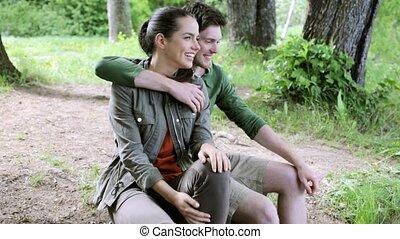 10, couple, heureux, étreindre, dehors