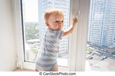 10, vieux, mois, fenêtre, bébé, portrait, essayer, ouvert