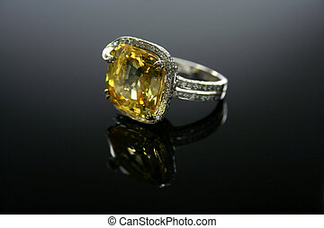 18 Ct (750) White Gold Yellow Topaz Ring set with Diamonds