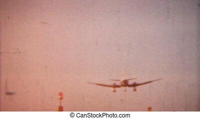 1958-vintage, 8mm, airplane zejście