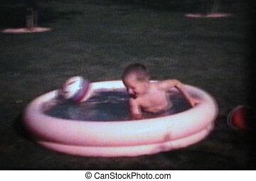 (1965), garçon, peu, piscine, marche dans eau