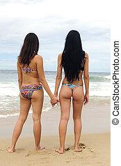 2人の女性たち, 手を持つ, 浜