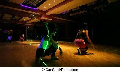 2人の少女たち, ダンス, 中に, クラブ