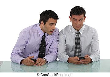 2人の男性たち, ∥で∥, cellphones