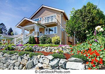 2物語, ベージュ, すてきである, 家, 上に, ∥, 岩が多い, 丘, ∥で∥, flowers.