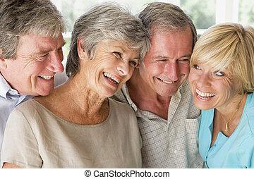 2組のカップル, 屋内, 微笑