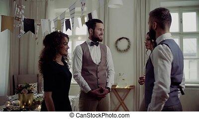 2명의 커플, 서 있는, 통하고 있는, a, 옥내의, 생일 파티, 말함.