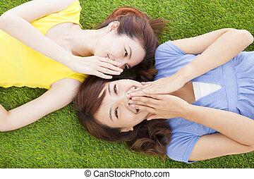 2, アジア人, 姉妹, ささやくこと, うわさ話, 芝生に