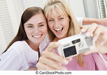 2, カメラ, デジタル, 使うこと, 微笑, 中庭, 女性