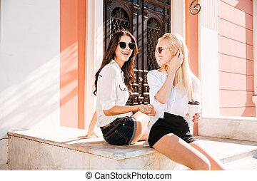 2, コーヒー, 若い, 微笑, 女性, モデル, 屋外で, カップ