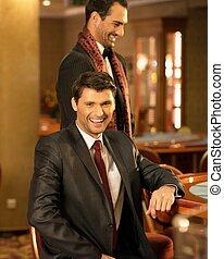 2, スーツを着ている若者, の後ろ, ギャンブル, テーブル, 中に, a, カジノ