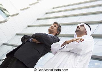 2, ビジネスマン, 地位, 屋外で, によって, 建物, (high, key/selective, focus)
