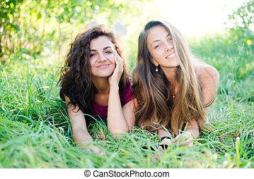 2, 夏, コピー, &, カメラ, スペース, 卵を生む, 草, ガールフレンド, 遊び好きである, 背景, 緑, かなり, 屋外で, 楽しみ, 肖像画, 微笑, 見る, 持つこと, 幸せ