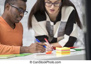 2, 多様, 仕事の同僚, 微笑, そして, 書くこと, メモ, 間, 一緒に座る, ∥において∥, a, テーブル, 中に, a, 現代, オフィス