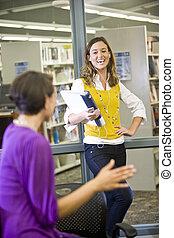 2, 女性, 大学, 生徒, 話し, 中に, 図書館