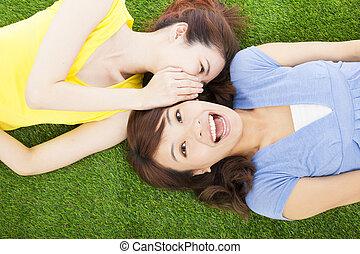 2, 姉妹, ささやくこと, うわさ話, 芝生に