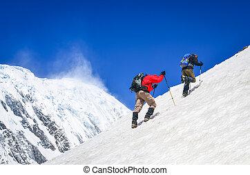 2, 山, trekkers, 上に, 急, 雪が降った, 丘, ∥で∥, ピークに達する, 背景