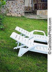 2, 白, 椅子, 上に, a, 芝生