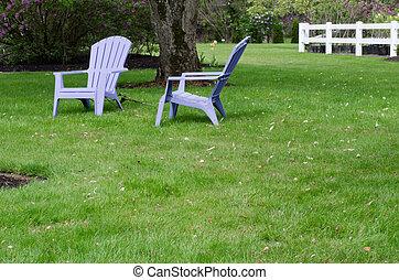 2, 紫色, 椅子, 上に, 緑の芝生