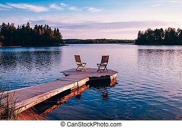 2, 멍청한, 의자, 통하고 있는, a, 나무, 교각, 멀리 바라보는 것, a, 호수, 에, 일몰