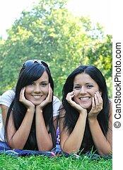 2, 미소, 자매, 있는 것, 옥외, 에서, 풀