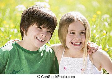2, 어린 아이들, 착석, 옥외, 팔짱을 끼고, 미소