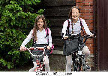 2, 행복해 미소 짓는 것, 소녀, 에서, 제복, 구, 에, 학교, 통하고 있는, bicycles