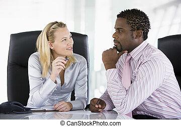 2, businesspeople, 中に, オフィス, 話し