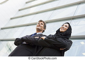 2, businesspeople, 地位, 屋外で, によって, 建物, 微笑, (selective, focus)