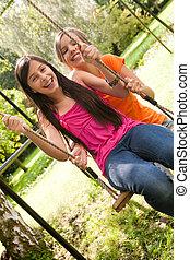 2 filles, cour de récréation