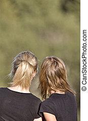 2 girls looking